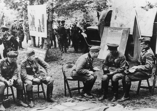 Na zdjęciu: Spotkanie niemieckich i sowieckich oficerów w Brześciu Litewskim, 20 września 1939 roku