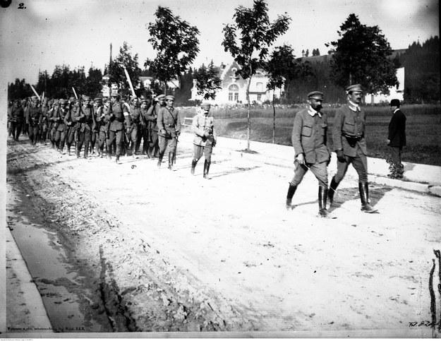 Związek Strzelecki - ćwiczenia w Zakopanem. Na czele kolumny idą: Józef Piłsudski (z lewej) i Kazimierz Sosnkowski (z prawej) /Z archiwum Narodowego Archiwum Cyfrowego