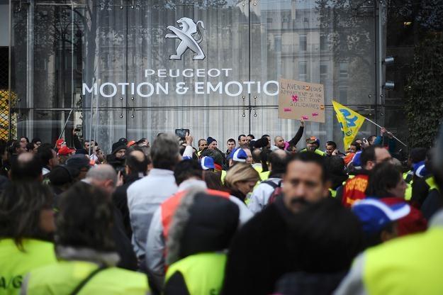 Związki nie zamierzają bezczynnie przyglądać się zwolnieniom /AFP