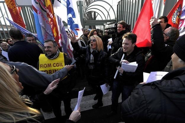 Związki poniosły kolejną klęskę, robotnicy chcą pracować /AFP