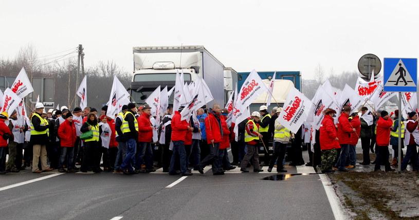 Związkowcy blokują drogę krajową nr 1 w Rzeniszowie /Andrzej Grygiel /PAP