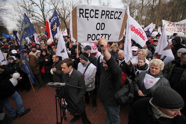 Związkowcy Poczty Polskiej z Mazowsza protestowali przeciwko planowanej likwidacji urzędów /PAP