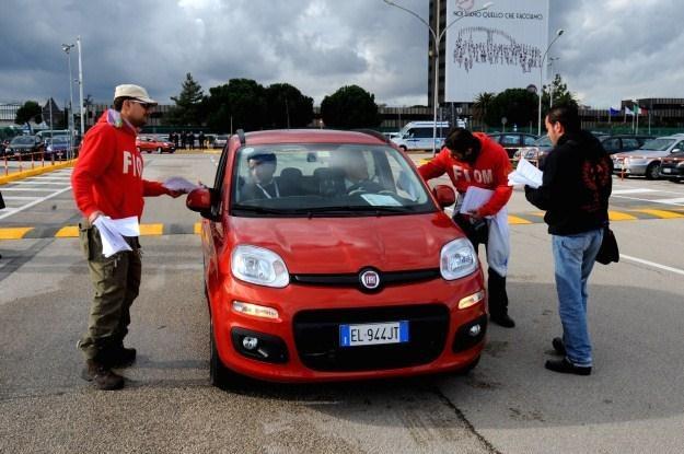 Związkowcy rozdają dziennikarzom motoryzacyjnym ulotki /AFP