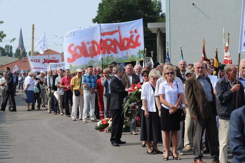 """Związkowcy """"Solidarności"""" podczas uroczystości z okazji 33. rocznicy podpisania Porozumień Sierpniowych /Marcin Bielecki /PAP"""