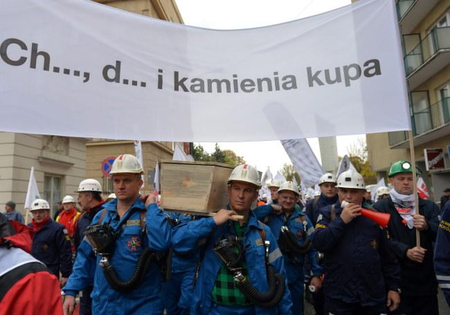 Związkowcy z regionu śląsko-dąbrowskiego manifestują w Warszawie /Marcin Obara /PAP