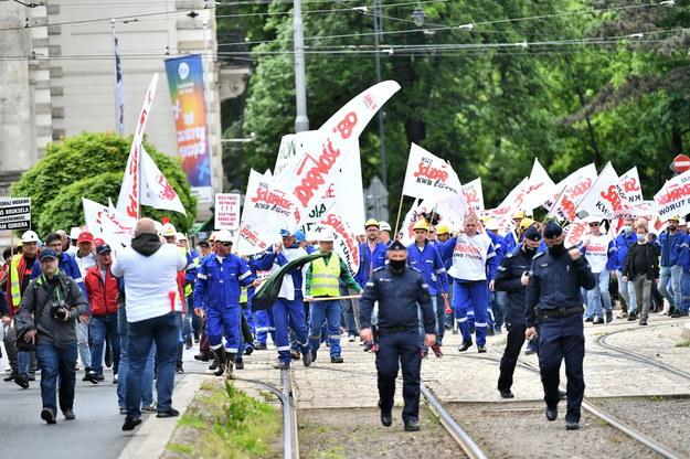 Związkowcy zapowiadają kolejne protesty /Maciej Kulczyński /PAP/EPA