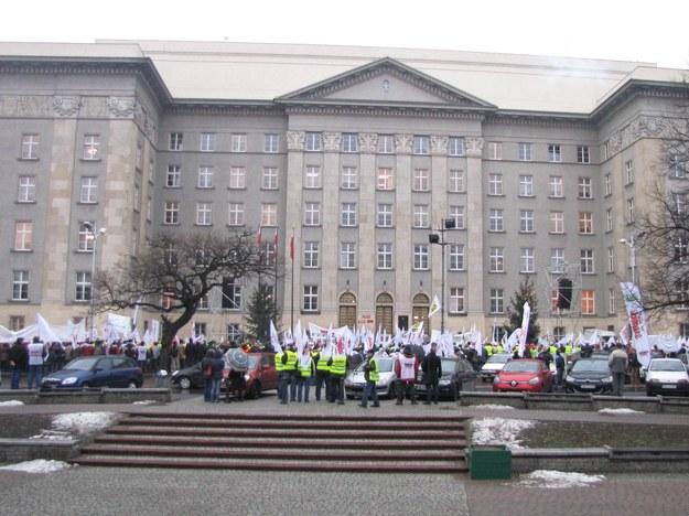 Związkowcy zebrali się przed Urzędem Wojewódzkim w Katowicach /Józef Polewka /RMF FM