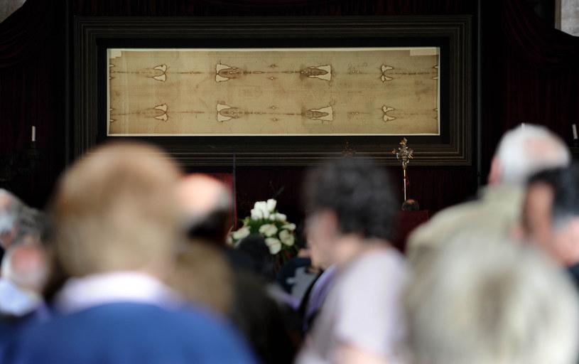 Zwiedzający oglądają Całun Turyński /AFP