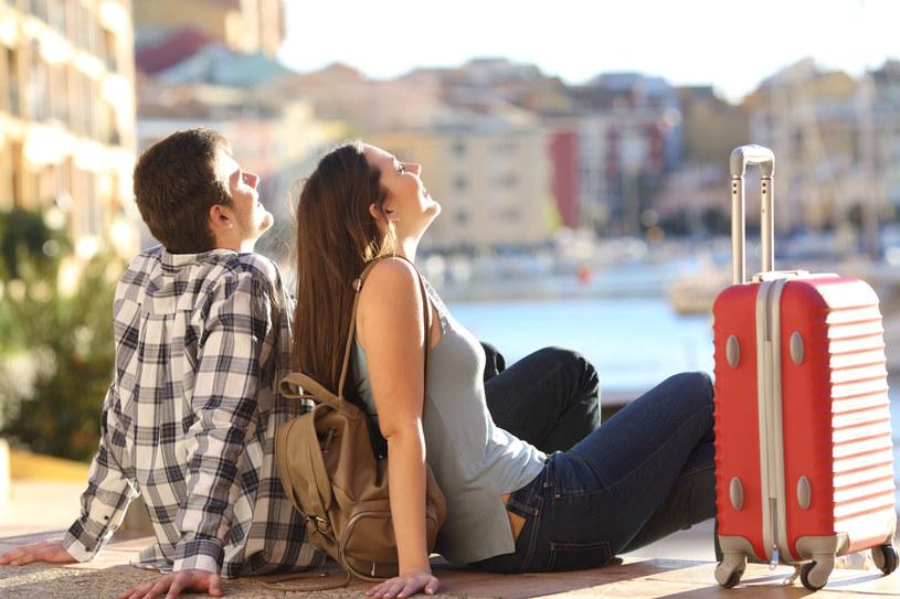 Zwiedzanie wcale nie musi być bardzo kosztowne. Być może couchsurfing to początek podróży na całe życie? W końcu nigdy nie wiadomo na kogo się trafi /123RF/PICSEL