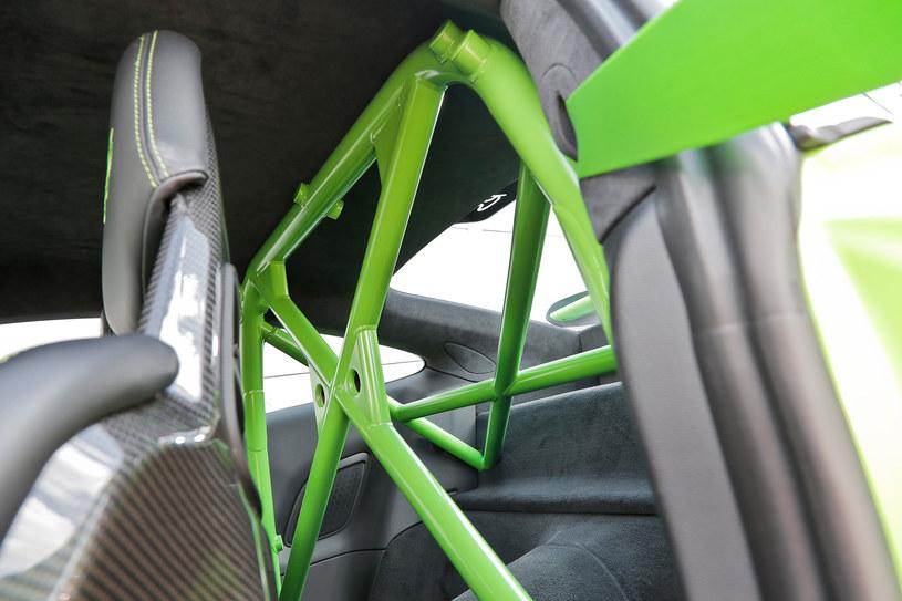 Zwiększająca sztywność konstrukcji klatka bezpieczeństwa zamiast tylnych miejsc to wydatek 2143 zł. /Motor