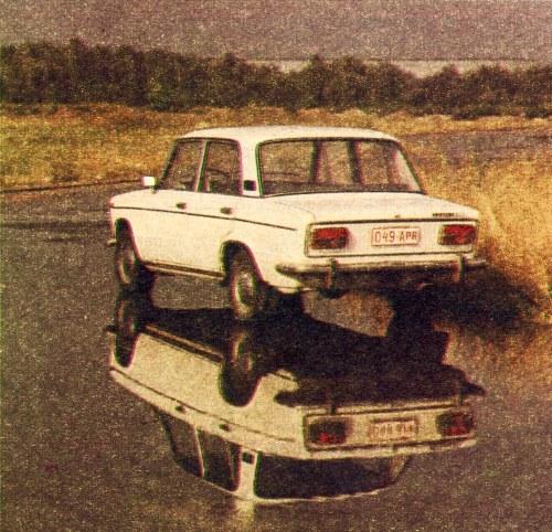 Zwiększony prześwit Łady jest jej silną stroną we wszystkich przypadkach, gdy trzeba jeździć po nie najlepszych drogach lub pokonywać przeszkody w terenie. Światła tylne mają dużą powierzchnię, jak przystało na samochód rozwijający prędkość powyżej 150 km/h. /Motor