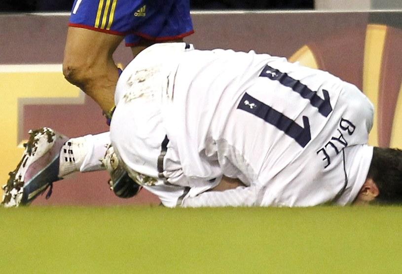 Zwijający się z bólu Gareth Bale /AFP