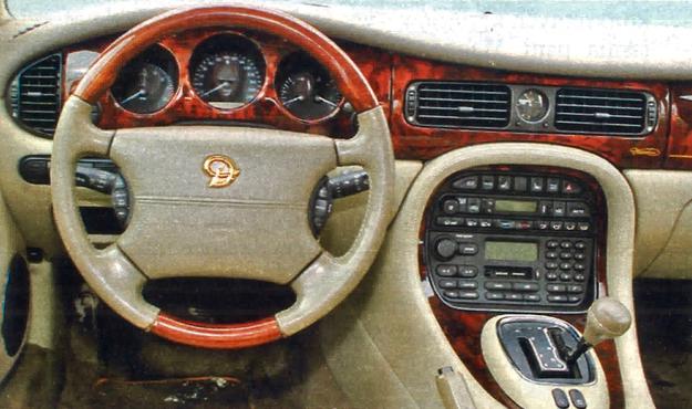 Zwłaszcza po face liftingu przeprowadzonym w 1997 r. linia kokpitu zyskała na elegancji. Jakość materiałów i spasowanie — wzorowe. /Motor