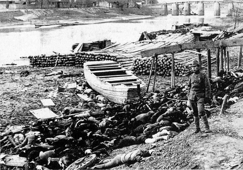 Zwłoki chińskich cywili na brzegu jednego z kanałów Jangcy /Wikimedia Commons /INTERIA.PL/materiały prasowe