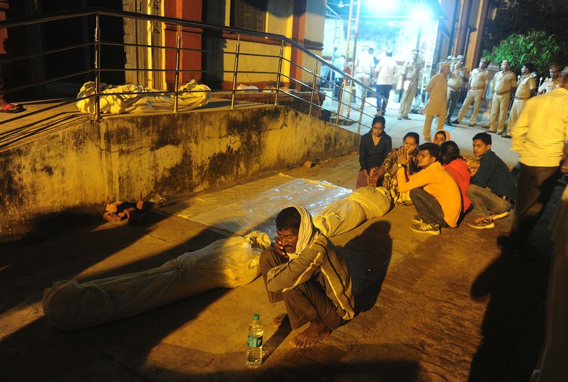 Zwłoki ofiar wybuchu paniki w Waranasi /AFP