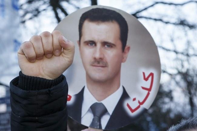 Zwolennicy Baszara al-Asada demonstrowali przed hotelem, gdzie trwa konferencja /SALVATORE DI NOLFI /PAP/EPA
