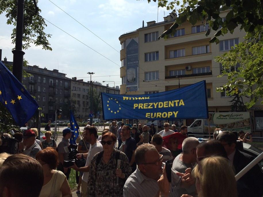 Zwolennicy Donalda Tuska przed budynkiem prokuratury /Michał Dukaczewski /RMF FM