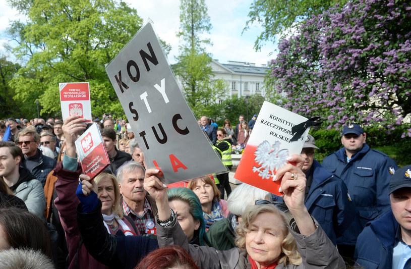 Zwolennicy Donalda Tuska przed Uniwersytetem Warszawskim /Jan Bielecki /East News