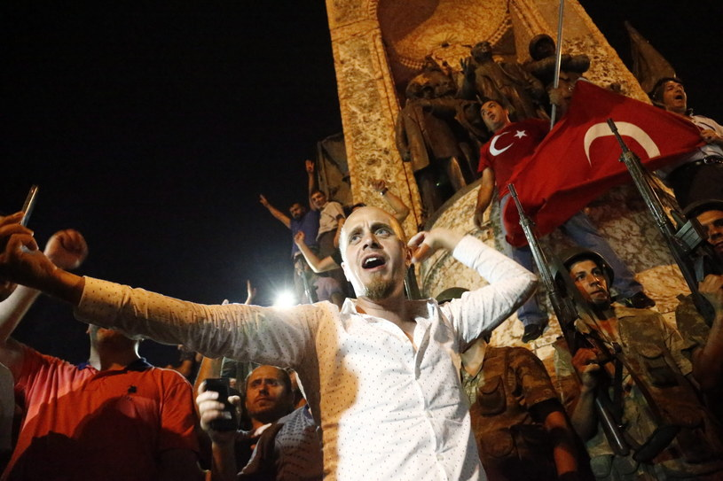 Zwolennicy Erdogana na ulicach Turcji /SEDAT SUNA /PAP/EPA