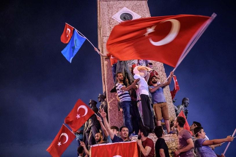 Zwolennicy Erdogana niszczą zdjęcie Gulena podczas manifestacji 18 lipca /AFP