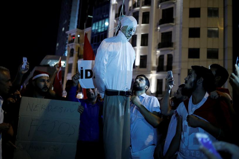 Zwolennicy Erdogana palą kukłę Fethullaha Gulena - wroga numer jeden Turcji. /Agencja FORUM