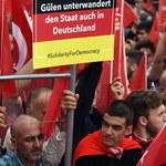 Zwolennicy Erdogana zbierają się na demonstracji w Kolonii. Napięcia między Berlinem a Ankarą