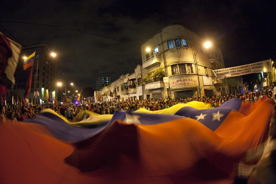 Zwolennicy Hugo Chaveza zgromadzili się na placu w Caracas /BORIS VERGARA /PAP/EPA