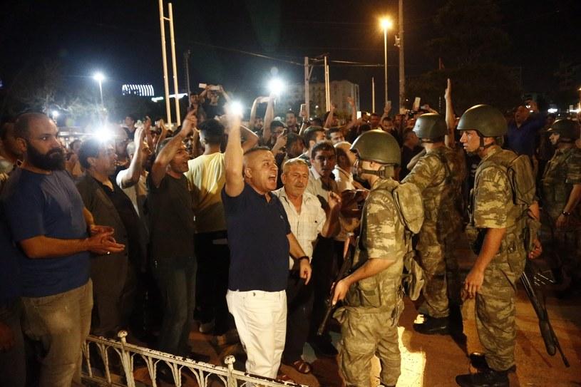 Zwolennicy prezydenta Erdogana na placu Taksim /SEDAT SUNA /PAP/EPA