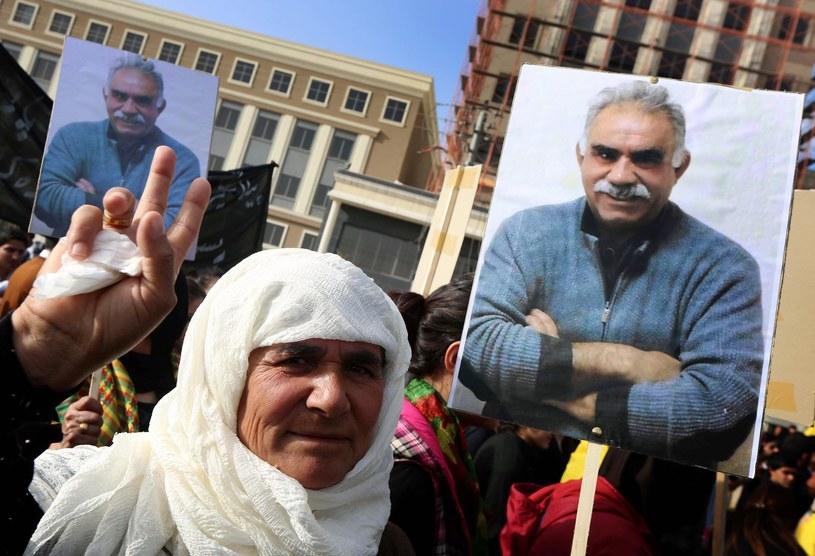 Zwolenniczka PKK trzyma plakat ze zdjęciem Abdullaha Ocalana /AFP