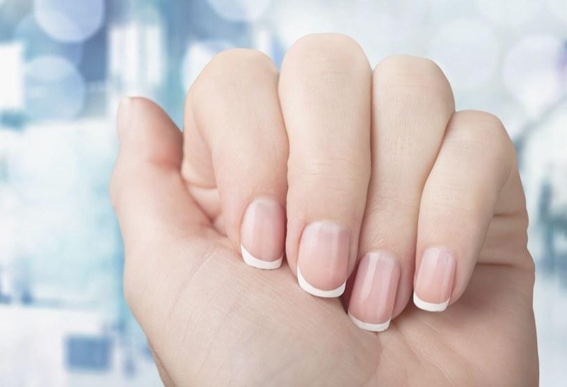 Zwolenniczki minimalizmu i prostoty ucieszy fakt, że wraca moda na french manicure /123RF/PICSEL