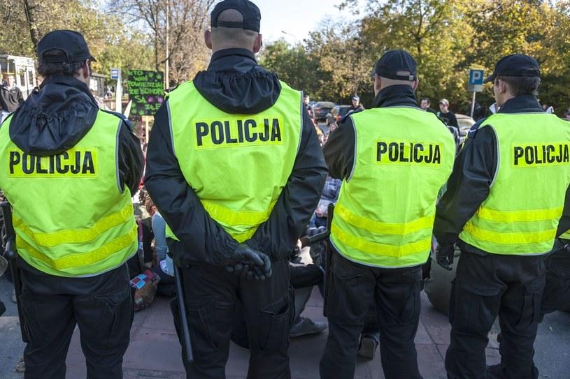 Zwolnienia lekarskie, na których chorzy np. policjanci dostają 100 proc. uposażenia, demotywują do pracy /123RF/PICSEL