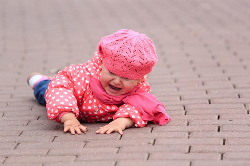 Zwracaj szczególną uwagę na to, jak dziecko zachowuje się po upadku /123RF/PICSEL