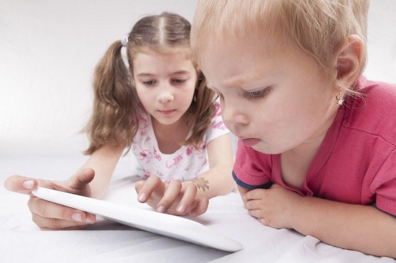 Zwracaj uwagę, co oglądają dzieci /©123RF/PICSEL