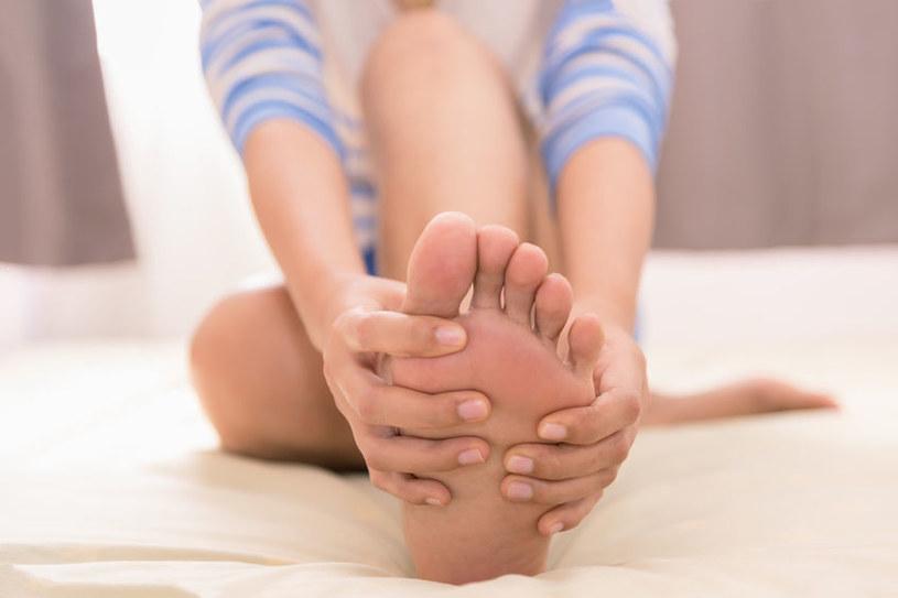 Zwracaj uwagę na opuchliznę kostek i łuszczenie się skóry stóp /123RF/PICSEL