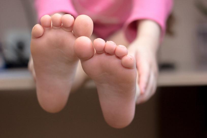 Zwróć uwagę, czy dziecko nie koślawi stóp /123RF/PICSEL