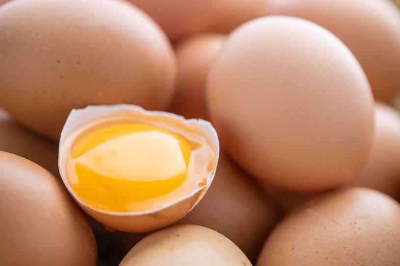 Zwróć uwagę na precyzyjne oddzielenie białka od żółtka /123RF/PICSEL