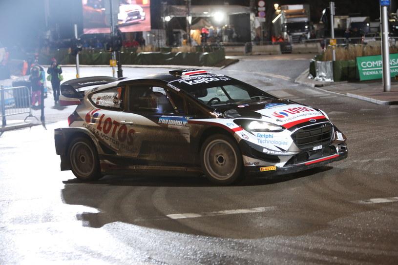 Zwycięska załoga Kajetan Kajetanowicz i Maciej Szczepaniak jadąca samochodem Ford Fiesta WRC na trasie Kryterium Asów na ulicy Karowej / Leszek Szymański    /PAP