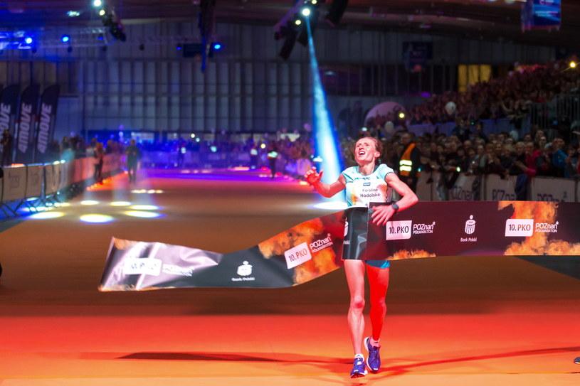 Zwyciężczyni w kategorii kobiet Polka Karolina Nadolska na mecie 10. PKO Poznań Półmaratonu /Jakub Kaczmarczyk /PAP