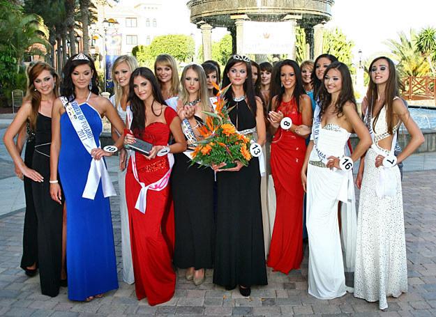 Zwyciężczynie konkursu Queen of Poland 2011 w otoczeniu koleżanek /Marcin Wójcik