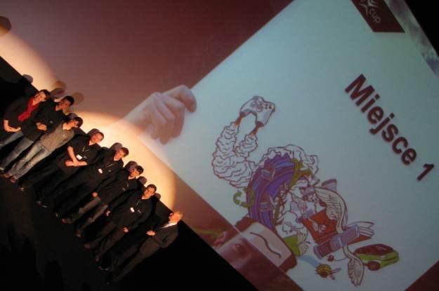 Zwycięzki zespół fteams w towarzystwie Beaty Bochińskiej oraz Jacka Murawskiego (dyrektor Microsoft) /INTERIA.PL