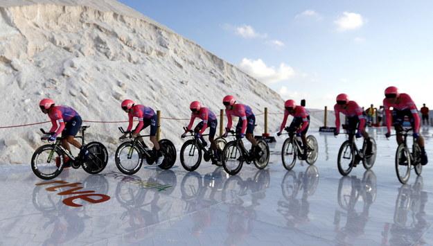 Zwyciężyła Astana, a Kolumbijczyk Miguel Angel Torres został pierwszym liderem. /JAVIER LIZON /PAP/EPA