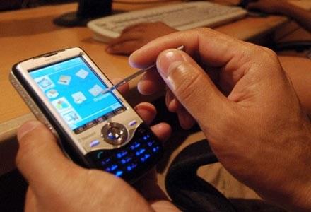 Zwykła komórki warto zastąpić telefonami typu smartphone /AFP