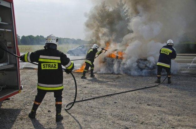 Zwykle gaśnice samochodowe nie mają szans w starciu z pożarem / Fot: Łukasz Korzeniowski /Agencja SE/East News
