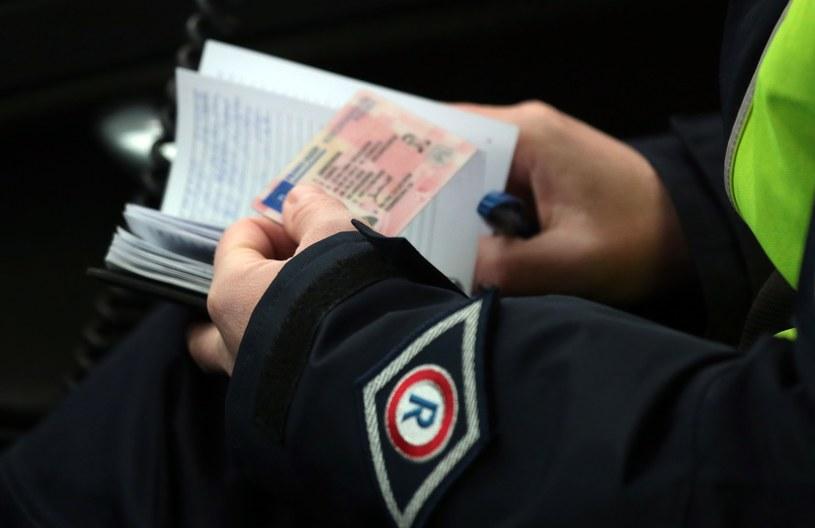 Zwykle zatrzymani kierowcy oddaję swoje dokumenty policjantowi, który następnie idzie z nimi do radiowozu /Piotr Jędzura /Reporter