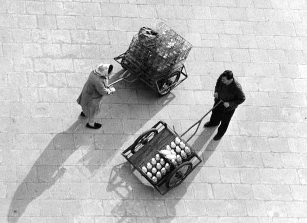 Dostawa mleka do mieszkań na Muranowie, Warszawa, lata 60.