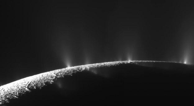 Życie na księżycach takich jak Enceladus powstało przy kominach hydrotermalnych? /NASA