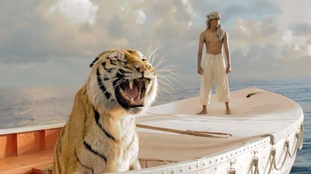 """""""Życie Pi"""": Tytułowy bohater na jednej łódce z tygrysem bengalskim. /materiały dystrybutora"""
