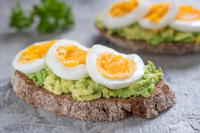 Życiodajną biotynę znajdziemy m.in. w żółtkach jaj i awokado /123RF/PICSEL