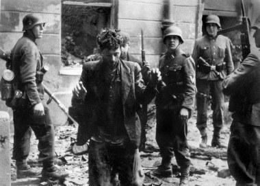 Żydowscy powstańcy wyprowadzani przez Niemców /arch. AFP