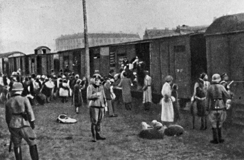 Żydzi ładowani do wagonów jadących do Treblinki. Warszawa 1942 r. / zdj.ilustracyjne /ZIH /Agencja FORUM